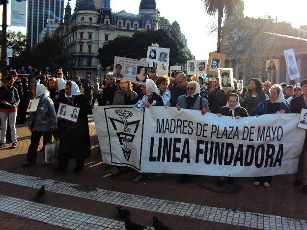 Como cada jueves, las Madres y Abuelas se manifiestan en la Plaza de Mayo