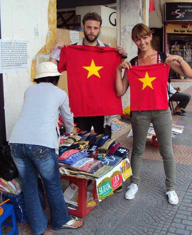Nos compramos las camisetas - Buscamundos