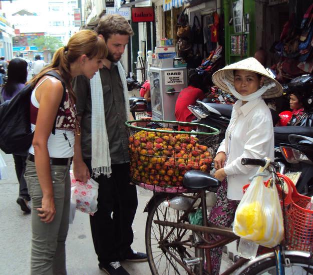 Comprando fruta en Ho Chi Minh - Buscamundos