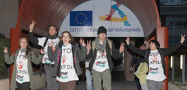 Un grupo de activistas pro saharauis abandonan la sede de las instituciones de la UE en Madrid tras encadenarse en dicho edificio