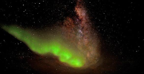 Auroras boreales sobre la estación científica Concordia