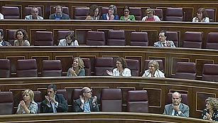 Ver vídeo  'El Congreso aplaude a Carrillo durante el pleno'