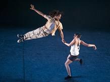 El conjunto cubano en plena interpretación de Demon-n/Crazy, coreografía de Rafael Bonachela
