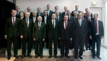 Foto de familia del Consejo de Gobierno del Banco Central Europeo (BCE), encabezada por su presidente, Mario Draghi poco antes de iniciar su reunión en Barcelona