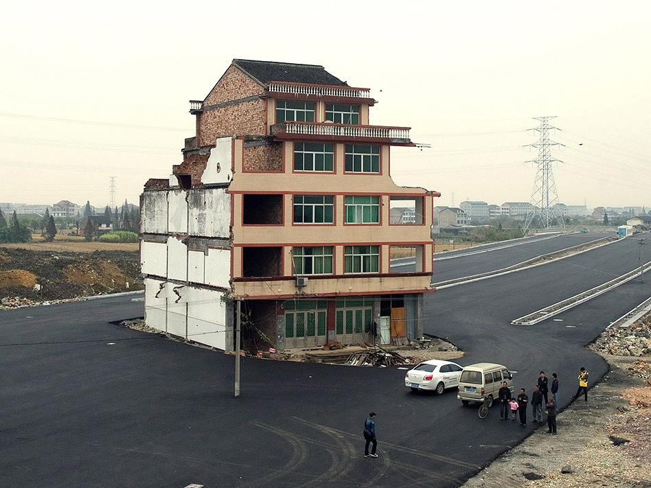 Los constructores de una nueva autopista toparon de lleno con la oposición de los dueños de esta casa, que durante meses se negaron a venderla para que pudieran completar la carreteras. Finalmente, en el mes de diciembre, los dueños aceptaron.
