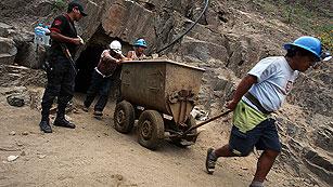 Ver vídeo  'Construyen un encofrado para llegar a los nueve mineros atrapados en Perú'