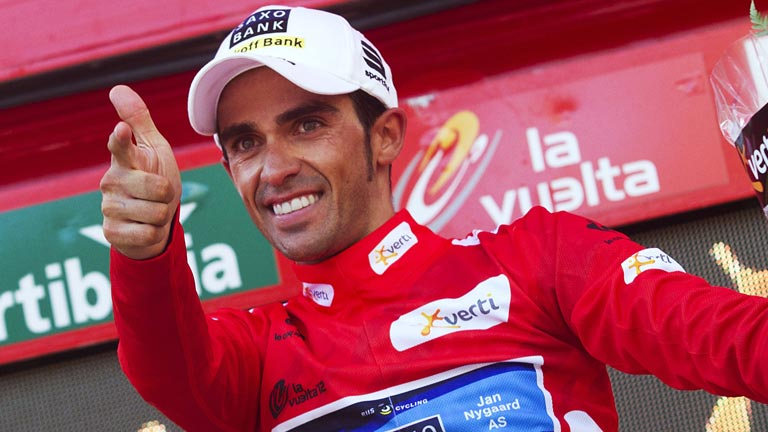 Contador asesta un golpe a la Vuelta y ya viste de rojo