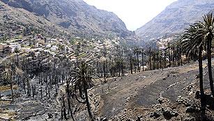 Ver vídeo  'Continúa el trabajo para detener el fuego en La Gomera, 12 días después'
