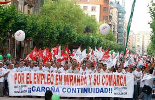 Ver vídeo  'Los contrarios al cierre de la central nuclear de Garoña salen a la calle convocados por el comité de empresa'