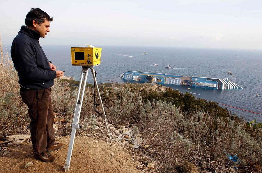 Controlando al Costa Concordia con láser