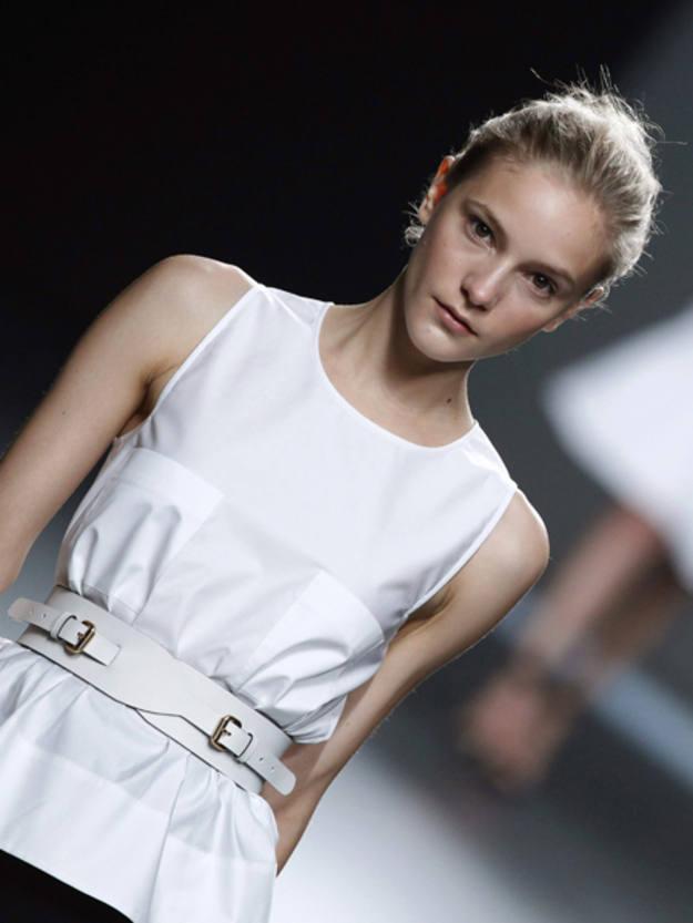 La coquetería femenina pide paso y vemos volantes en algunas faldas, y diseños que se pegan a la cintura