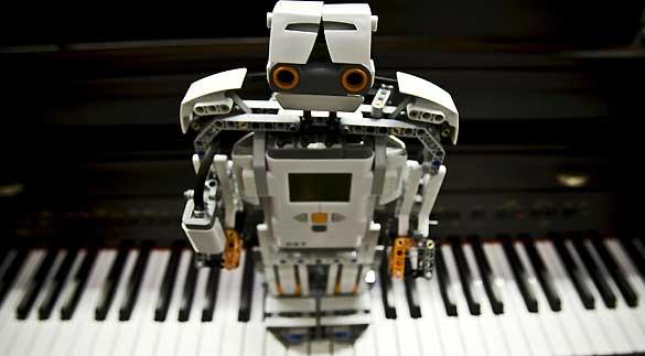 Uno de los robots desarrollados por un grupo de investigación de la Universidad de Málaga, capaz de reconocer y localizar canciones al ser silbadas o tarareadas.