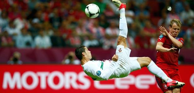 Cristiano Ronaldo remata de chilena ante la República Checa