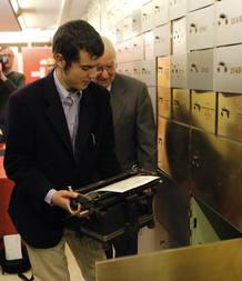 Cristóbal Ugarte, nieto del premio Cervantes 2011, Nicanor Parra, deposita, en un cajón de seguridad la máquina de escribir de su abuelo