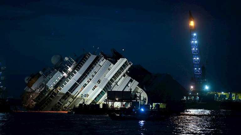 El crucero 'Costa Concordia' comienza a salir a flote tras 20 meses encallado