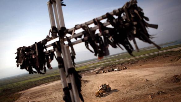 Una cruz recuerda a los fallecidos en un terreno de Puerto Príncipe