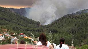 Ver vídeo  'Cruz Roja atiende a las personas desalojadas por los incendios de Valencia'