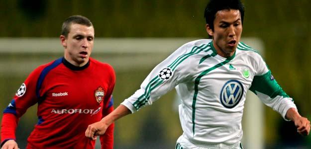 El mediocampista del CSKA de Moscú, Pavel Mamayev (i), lucha por el balón con el japonés Makoto Hasebe (d), del VfL Wolfsburgo