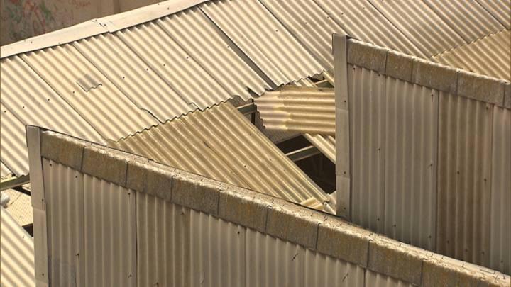 Cubierta de fibrocemento deteriorada en el Barrio del Grau, Valencia