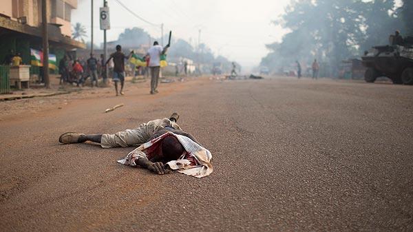 El cuerpo de un musulmán yace en una carretera de Bangui