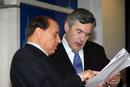 El primer ministro italiano, Silvio Berlusconi, conversa con Gordon Brown