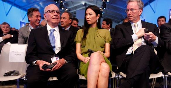 El magnate de los medios de comunicación, Rupert Murdoch, su esposa Webdy y el presidente de Google, Eric Schmidt