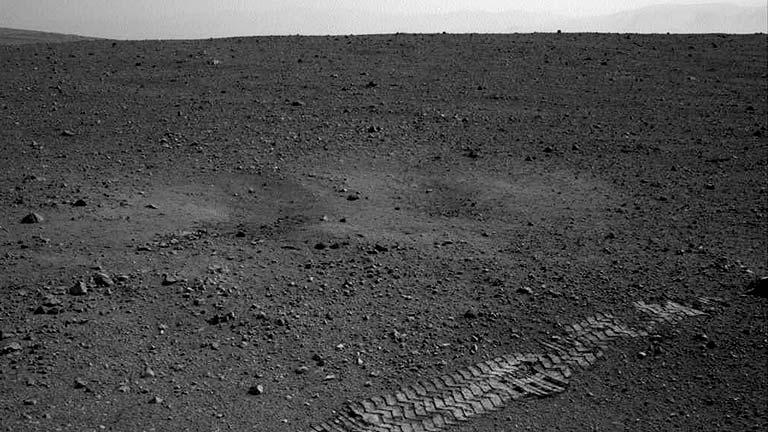 """El Curiosity realiza el primer recorrido y deja sus """"huellas"""" en Marte"""