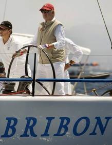 """Fotografía de archivo del rey Juan Carlos a la caña del """"Bribón"""" en la regata Breitling de vela disputada en aguas de Mallorca."""