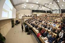 Fabiola Gianotti, portavoz del CERN, presenta los resultados de la búsqueda del bosón de Higgs ante un auditorio abarrotado