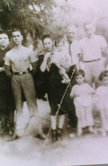 Vargas Llosa con apenas cuatro años en una fotografía junto a su familia tomada en Cochabamba, Bolivia, en 1940.