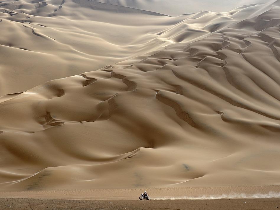 El Dakar de 2012 dejó instantáneas tan espectaculares como esta, entre Arica y Arequipa en Perú, en donde cuesta dar con el motorista que atraviesa las montañas de arena.