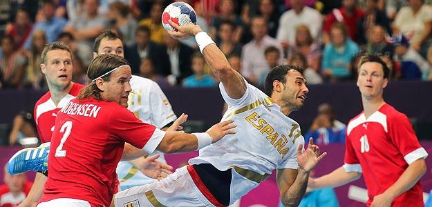 Dani Sarmiento hace un lanzamiento ante Mogensen en el partido.