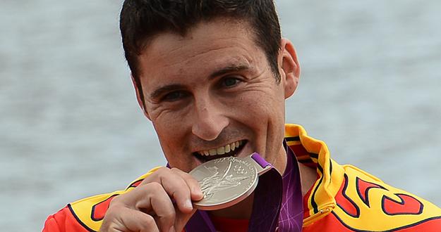 David Cal sonríe en el podio con su medalla de plata
