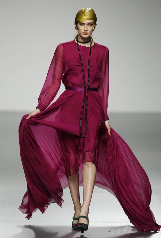 David del Río ha presentado una colección inspirada en los años 20 con vestidos de coctel y noche, con sedas de distinto grosor en naranja y morados con faldas largas