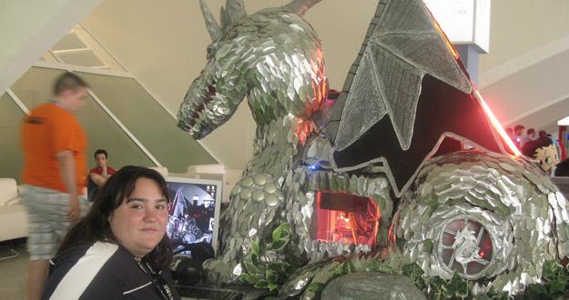 Débora, una alicantina de 23 años, junto a su ordenador tuneado con forma de dragón.