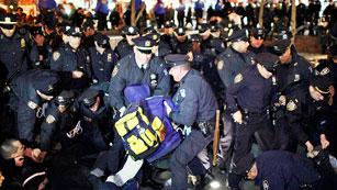 Ver vídeo  'Decenas de arrestos en Nueva York al cumplirse seis meses del movimiento 'Occuppy Wall Street''