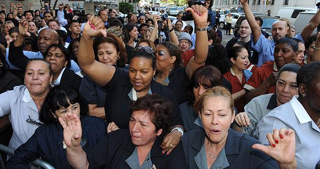 Decenas de mujeres vestidas de camareras de hotel se han manifestado en el tribunal de Nueva York en que comparecía DSK para pedir Justicia.