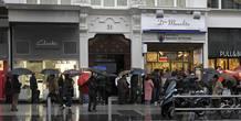 Decenas de personas esperan su turno para comprar lotería en una administración en la Gran Vía de Madrid