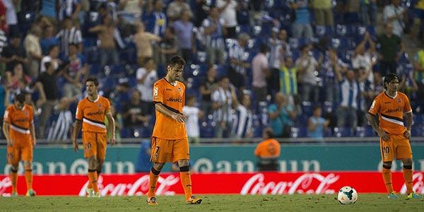 Decepción en los jugadores del valencia tras encajar el tercer gol ante el RCD Espanyol.