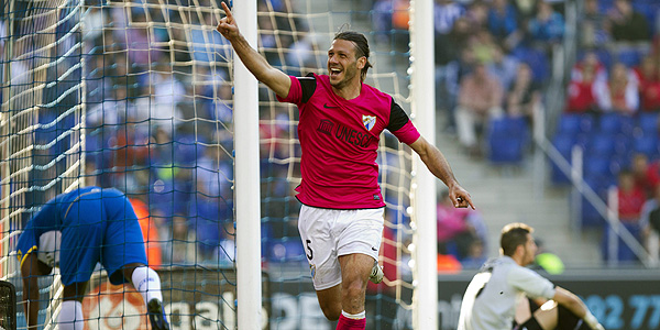 El defensa argentino del Málaga, Martín Demichelis, celebra su gol ante el RCD Espanyol.