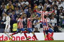 El defensor del Atlético Joao Miranda celebra con sus compañeros el segundo gol