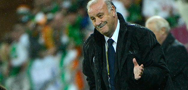 Del Bosque da instrucciones durante el partido contra Irlanda.