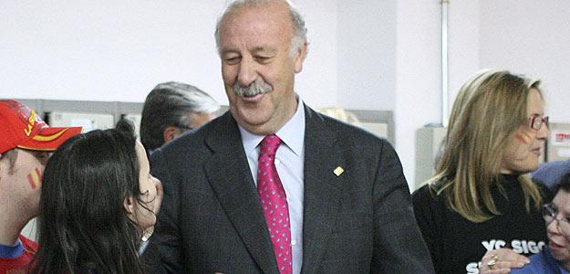 El seleccionador de España de fútbol, Vicente del Bosque, durante la visita que realizó al centro de discapacitados de Asprona en Albacete.