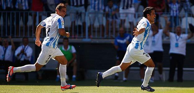 El delantero argentino del Málaga, Javier Saviola, celebra junto a Joaquín su primer gol contra el Levante.