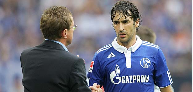 El delantero español del Schalke seguirá en el equipo alemán dirigido por Rangnick, en la foto