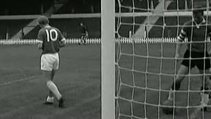 Ver vídeo  'Denis Law, fichaje récord del Manchester United en 1962'