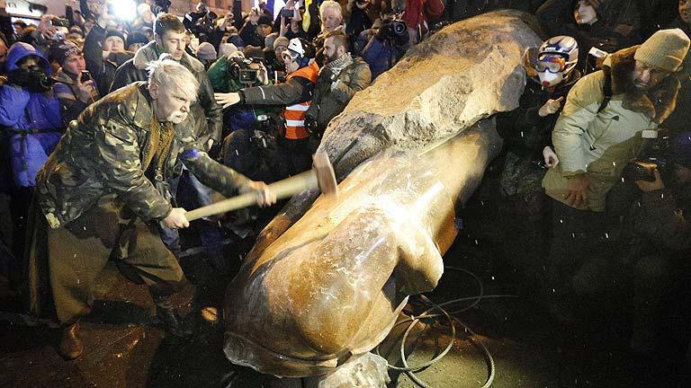 Manifestantes ucranianos derriban y destrozan una estatua de Lenin en Kiev