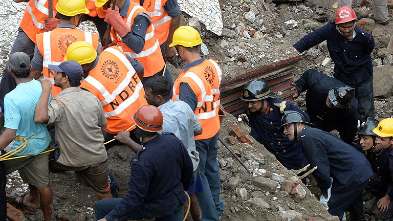Dos muertos y unas 60 personas atrapadas al derrumbarse un inmueble en Bombay
