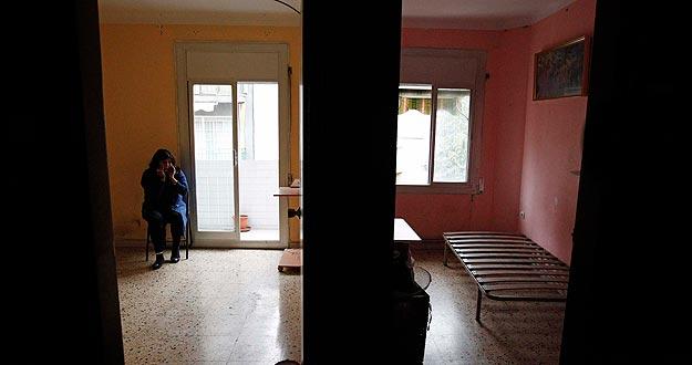Una mujer espera en el salón de su piso a ser desahuciada