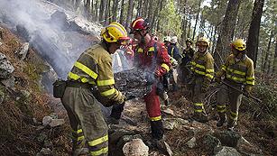 Ver vídeo  'Los desalojados por el incendio de Robledo pasan la noche en sus casas'